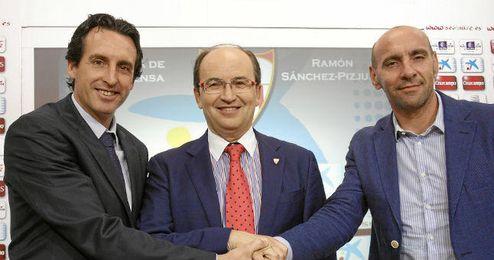 Monchi, junto a Emery y José Castro, en rueda de prensa.