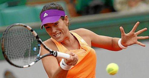 Garbiñe Muguruza golpea la bola en el duelo ante Serena Williams.