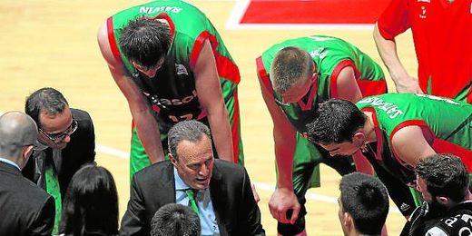 Aíto García Reneses da instrucciones a sus jugadores durante un partido de esta temporada.