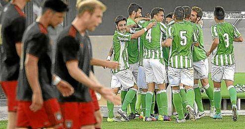 Los jugadores del filial celebran un gol esta temporada.