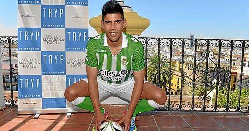 Juanfran firmó por el Betis en el mes de marzo y se convirtió en el primer fichaje para la temporada 2013/2014; fue presentado el 14 de junio.