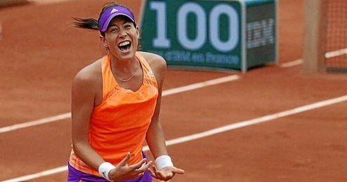 Muguruza celebra el triunfo ante Parmentier que le mete en cuartos de Roland Garros.