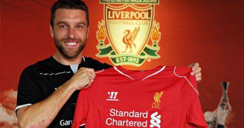 Lambert posa con la camiseta del Liverpool durante su presentación.