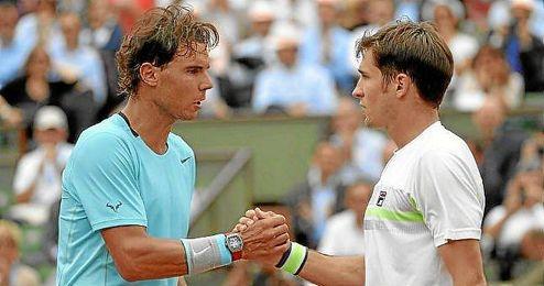 Nadal estrecha la mano a Lajovic tras imponerse en el partido de octavos de final de Roland Garros.