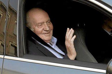 El Rey de España saludando desde el coche real