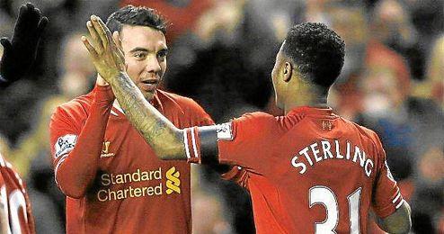 Iago Aspas se felicita con Sterling durante un partido del Liverpool.