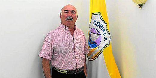 El nuevo presidente del Coria, Francisco González, posa junto a la bandera de la histórica institución.
