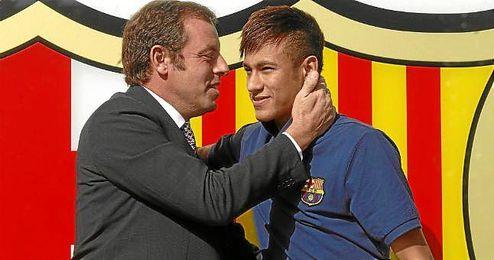 Sandro Rosell y Neymar, el día de su presentación en el Barcelona.