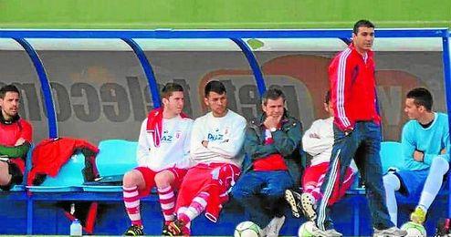 Antonio Serrato, técnico del Osuna, llegó a sacar a sus pupilos de los puestos de descenso durante varias jornadas.