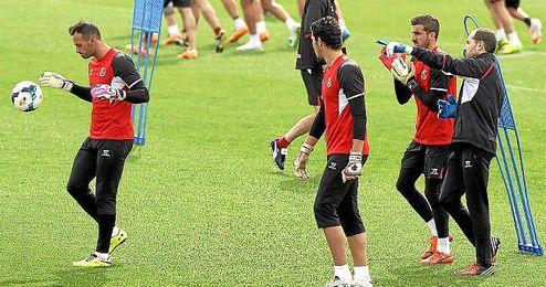 Javi García conversa con Javi Varas en un entrenamiento.