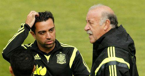Xavi Hernández dialoga con Del Bosque durante un entrenamiento con la selección.