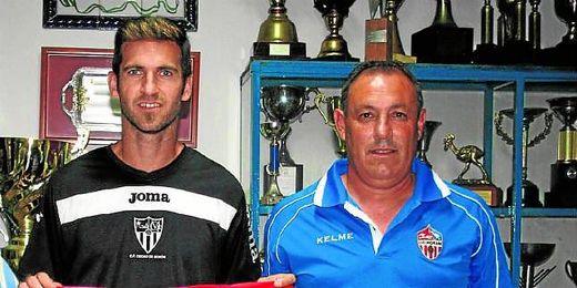 Pirri posa con Abel Segovia, uno de los jugadores que ha sido clave para el ascenso del Morón a Primera Andaluza.