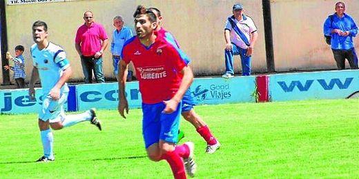 Moi, durante el partido Puebla-Triana donde anotó un gol el día de su debut.