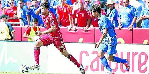El internacional Diego Costa corre con el balón en el encuentro que disputó frente a El Salvador y en el que completó una buena actuación.