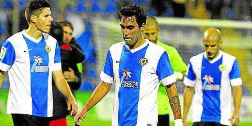 Javi Hervás, al fondo, lamenta el descenso del Hércules a Segunda B.