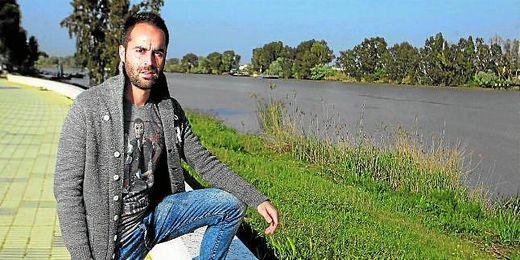 En la imagen, Jorge Bayón posa para ESTADIO junto al río Guadalquivir, a su paso por Coria del Río.