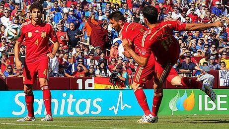 El ´Guaje´ Villa se adelanta a Diego Costa en el primer gol.