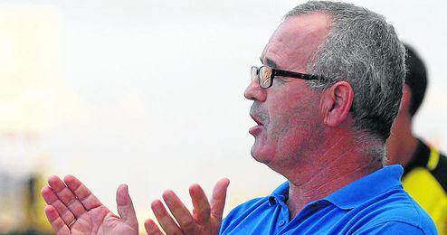 Eusebio Navarro, futurible entrenador del Mairena, dirigiéndose con gesto expresivo a sus jugadores.