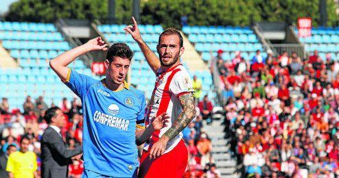 Aleix Vidal (Almería), junto a Pablo Sarabia (Getafe), durante un partido en el Coliseum de la temporada 14/15.