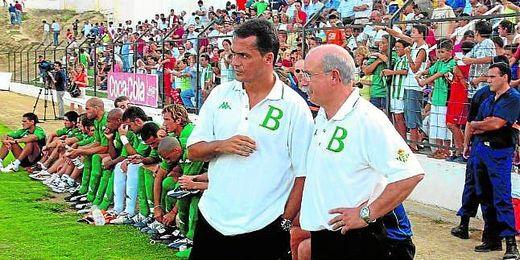 Alexis Trujillo charla con Lorenzo Serra Ferrer durante su última etapa en el Betis.