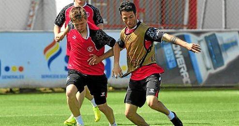 Cicinho, en un entrenamiento junto a Marin.