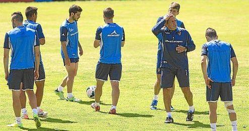 Víctor Muñoz, entrenador del Zaragoza, en un entrenamiento junto a sus jugadores.