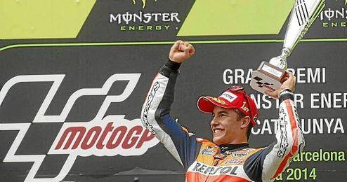 Marc Márquez celebra su triunfo en lo más alto del podio de Montmeló.