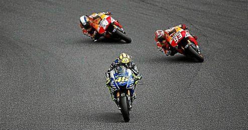Las Honda de Márquez y Pedrosa persiguen a la Yamaha de Rossi sobre Montmeló.