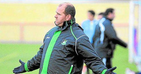 Raúl Hernández da instrucciones a sus futbolistas en un encuentro disputado durante la pasada temporada.