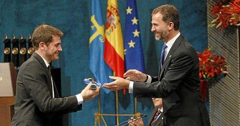 Iker Casillas recibiendo el Príncipe de Asturias en 2011