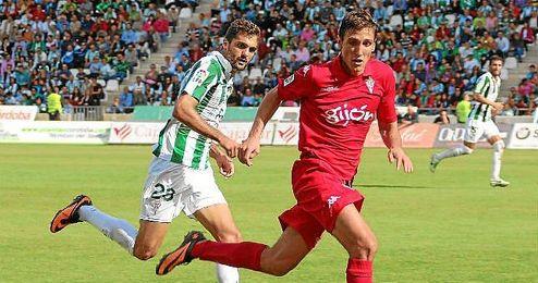 Francisco Pablo Cruz Torres (Córdoba, 22-06-1991) persigue al delantero del Sporting Stefan Scepovic durante un encuentro de esta campaña.