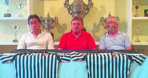 Eusebio Navarro -derecha-, junto a Francisco Sánchez -centro- y Rogelio Sánchez -izquierda- en la presentación.