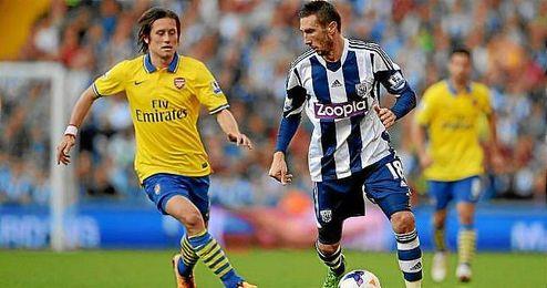 Morgan Amalfitano, con el West Bromwich, conduce el balón ante la presencia de Rosicky, del Arsenal.