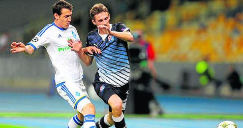 El croata Marcelo Brozovic pugna por el esférico durante un partido de su equipo, el Dinamo de Zagreb, de Champions League.