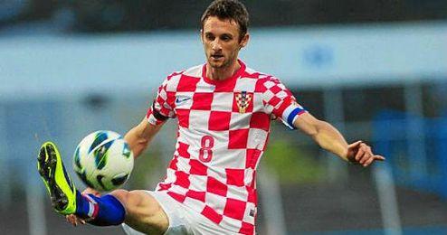 Marcelo Brozovic controla un balón en un choque con Croacia.