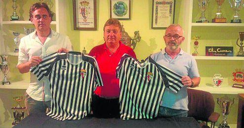 Rogelio Sánchez, Francisco Sánchez y Eusebio Navarro, director deportivo, presidente y entrenador blanquinegro.