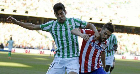 Juanfran pugna con Villa durante el último Betis-Atlético.