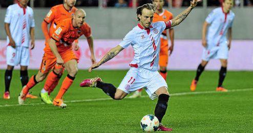 La salida de Rakitic obliga al Sevilla a buscar otro lanzador.
