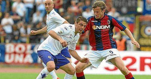Joaquín protege el balón en un Bologna-Fiorentina.