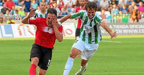 Fran Cruz pugna por el balón en el duelo de ´play off´ por el ascenso ante el Murcia.