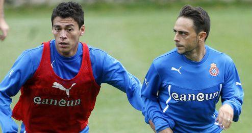 Héctor Moreno (izquierda) pugna con Sergio García en un entrenamiento