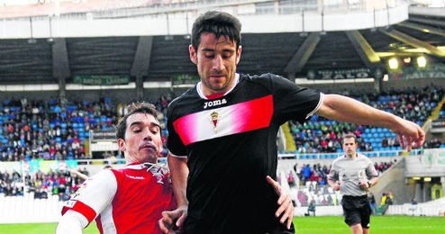 Saúl Berjón pugna por un balón con un jugador del Rácing