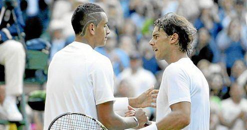 Kyrgios y Nadal se estrechan la mano tras finalizar el encuentro.