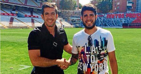 Pozuelo junto a su agente Enrique Rosado en su nuevo estadio.