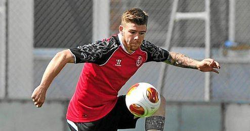 Alberto Moreno en un entrenamiento con el Sevilla.