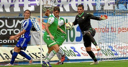 Piccini y Adán intentan hacerse con el balón bajo la mirada de Berrocal.