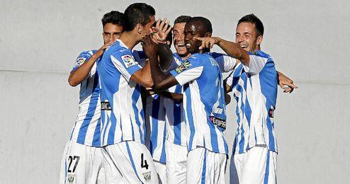 El equipo celebrando un gol.