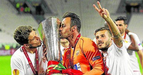Los portugueses Carriço, Beto y Diogo Figueiras celebran la consecución de la Europa League ganada en Turín.