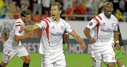 Krychowiak celebra su gol ante el Feyenoord; es el sevillista con más minutos disputados.