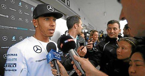 Lewis Hamilton atiende a la prensa en Suzuka.